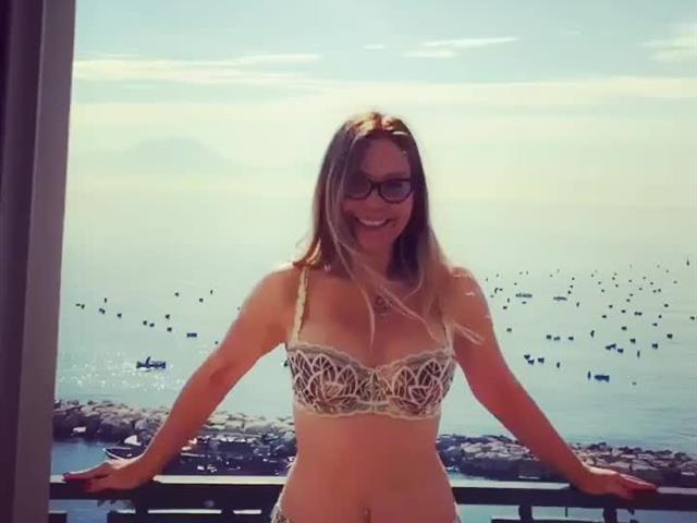 Naike Rivelli hot, allenamento in balcone a Napoli