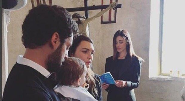 Belen sexy madrina di battesimo, in chiesa la minigonna è hot