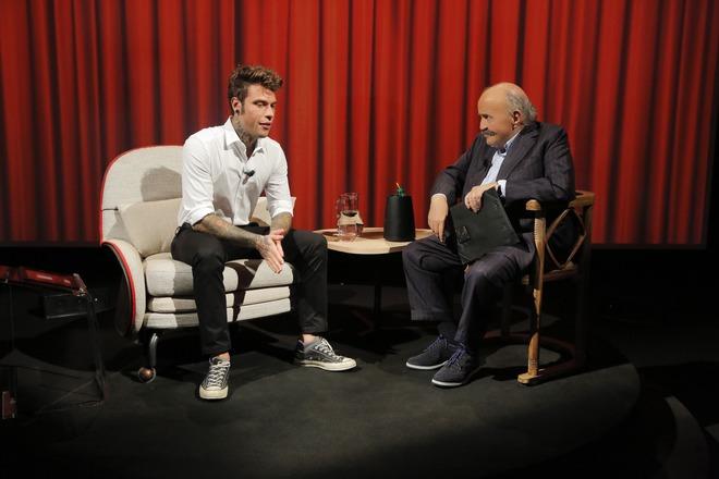 Fedez ospite di Maurizio Costanzo a L'Intervista: «Sono diventato ciò che ho sempre odiato»