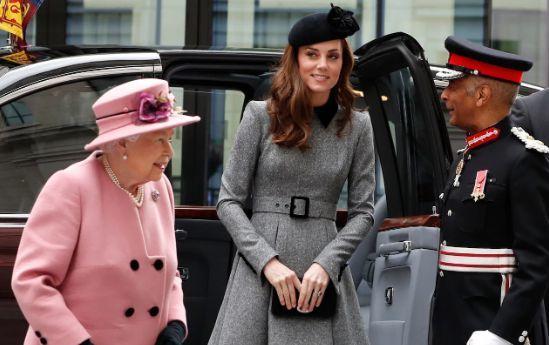 Kate Middleton e la Regina Elisabetta per la prima volte sole, ecco perché
