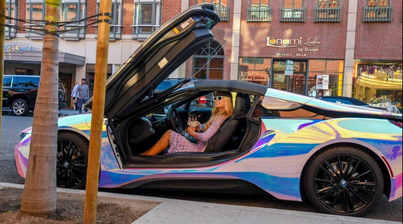 Paris Hilton non passa inosservata: ecco la sua auto cangiante