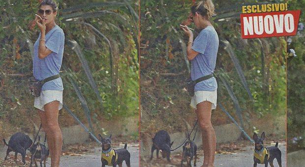 """Elisabetta Canalis, passeggiata con i cagnolini. Ma """"dimentica"""" di raccogliere i bisognini…"""