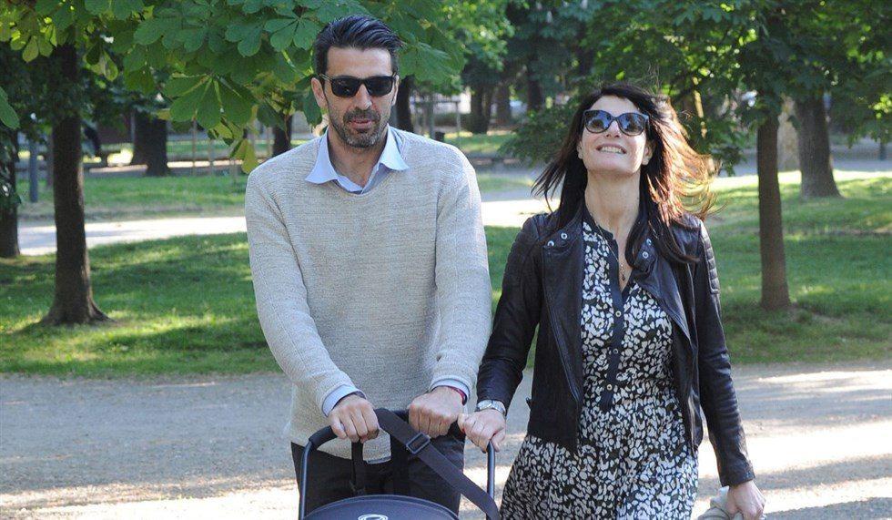 Gigi Buffon e Ilaria D'Amico col pancino: famiglia allargata a scuola col piccolo David Lee