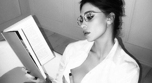 Belen maestra se. xy: libro, occhiali e... con la camicia birichina va fuori di se. no