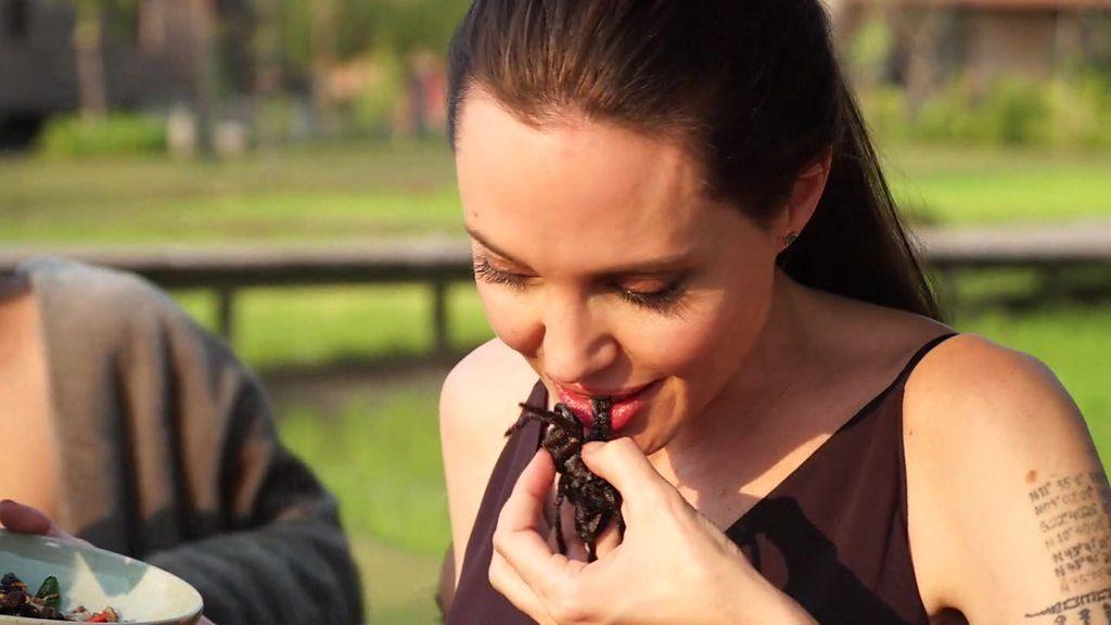Angelina Jolie mangia ragni e insetti con i figli in Cambogia