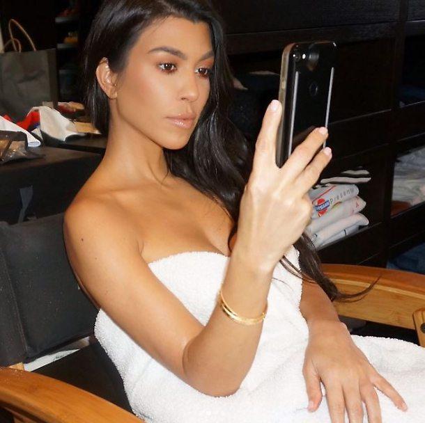 Kourtney Kardashian nuda è madre... natura