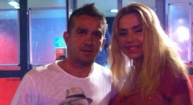 """Posa con Valeria Marini, il commento choc dell'ex bomber: """"Il toro e la vacca"""""""