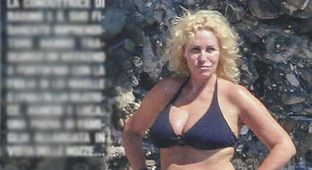 Antonella Clerici, bikini a Portofino con Vittorio Garrone e la figlia Maelle
