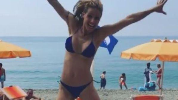 Michelle Hunziker, bikini spaziale a Varigotti