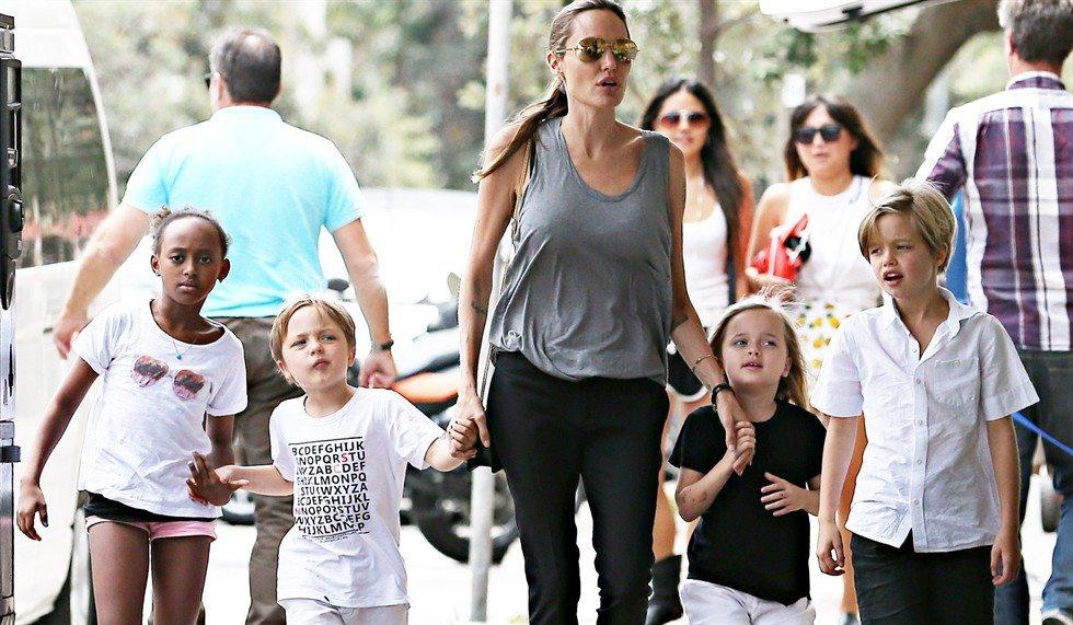 Jolie-Pitt, la figlia Shiloh transgender: prime cure ormonali a 11 anni