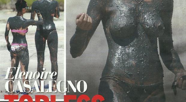 Elenoire Casalegno, topless coperto dal fango a Formentera