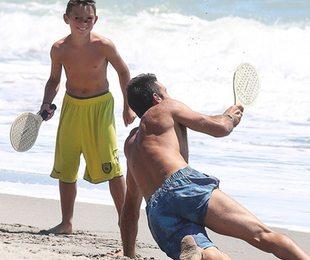 Gigi Buffon papà a tempo pieno: giornata al mare col figlio Louis Thomas
