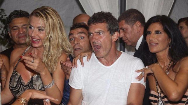 Antonio Banderas scatenatissimo... balla con Valeria Marini e Pamela Prati