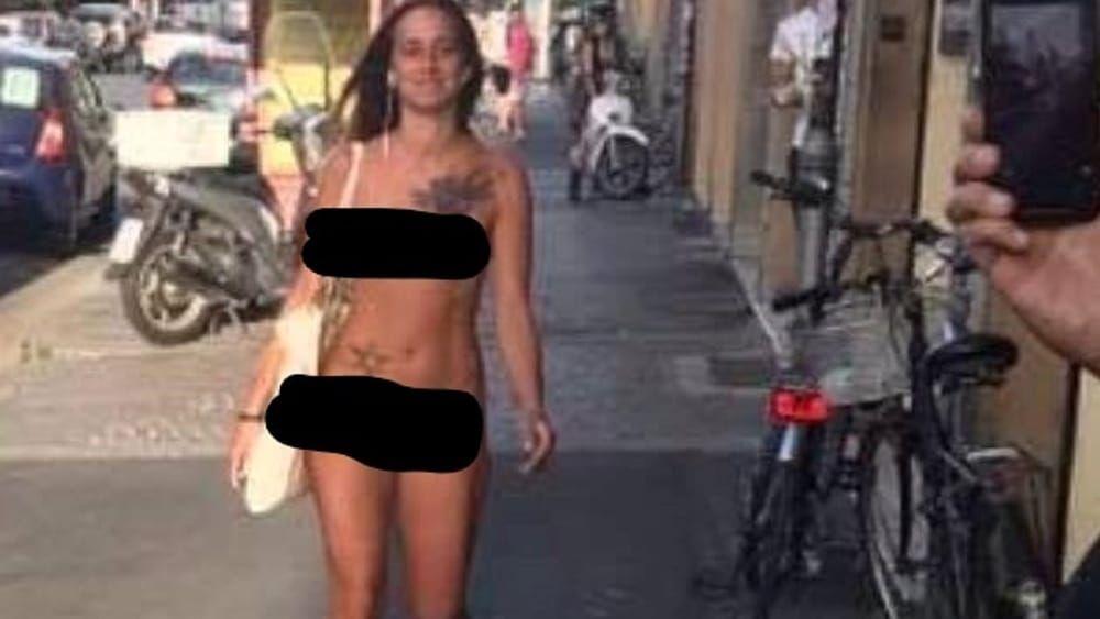 Ragazza gira nuda in centro a Bologna: