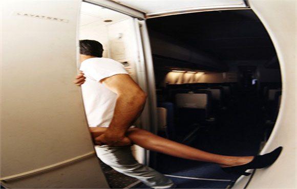 Prof fa sesso con l'alunno nel bagno di un aereo e viene sospesa dal lavoro