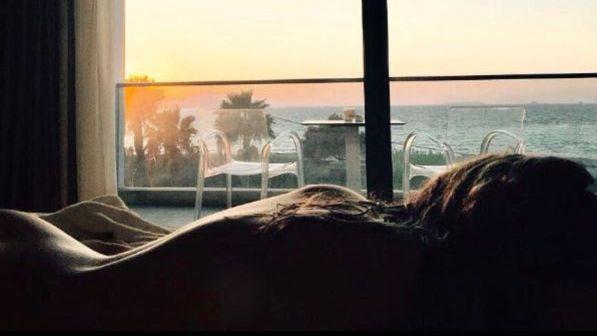 Ludovica Frasca, completamente nuda sul letto al tramonto