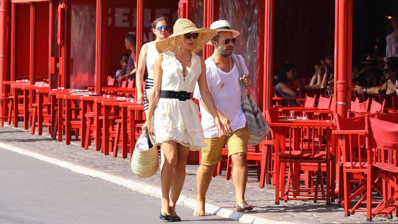 Pamela Anderson, passeggiata chic in Costa Azzurra con il toyboy