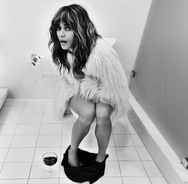 """Halle Berry in bagno per festeggiare 2milioni di followers. L'autore dello scatto? """"È un segreto"""""""