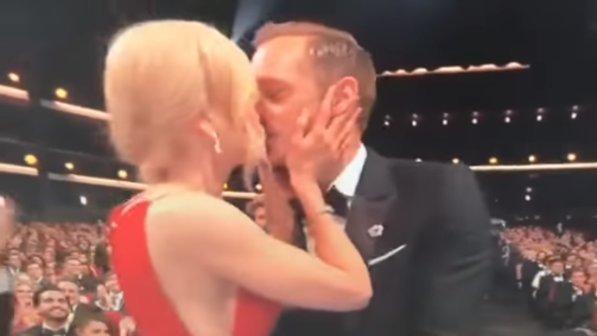 Emmy 2017, Nicole Kidman bacia tutti: anche il collega davanti al marito...