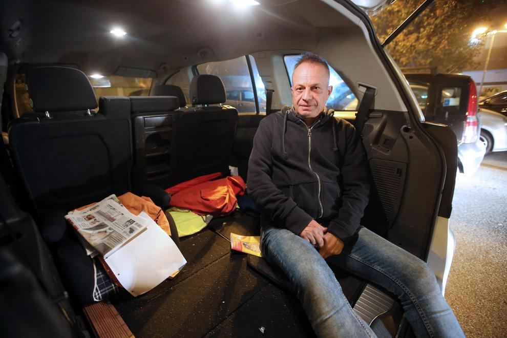 Ex comico di Zelig vive in auto. Il legale della moglie:
