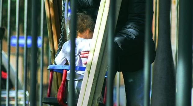 Fausto Brizzi, il regista al parco con la figlia dopo la bufera sulle presunte molestie