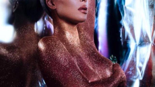 Kim Kardashian è completamente nuda e coperta di polvere dorata