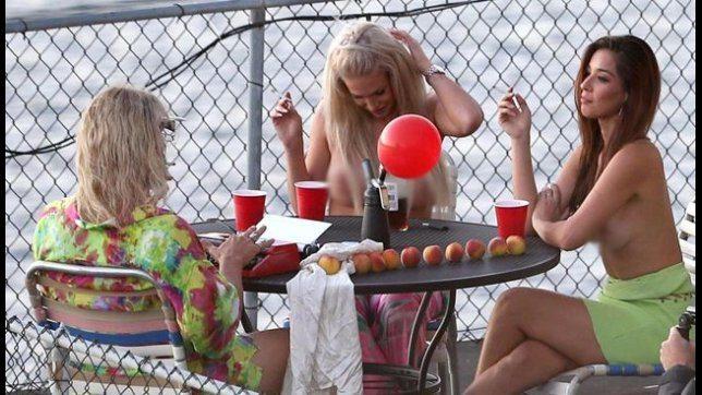 """Matthew McConaughey al tavolo con due ragazze in topless: che compagnia """"bollente""""!"""