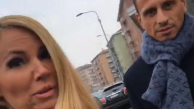 Federica Panicucci e il fidanzato escono dal ristorante con la doggy-bag