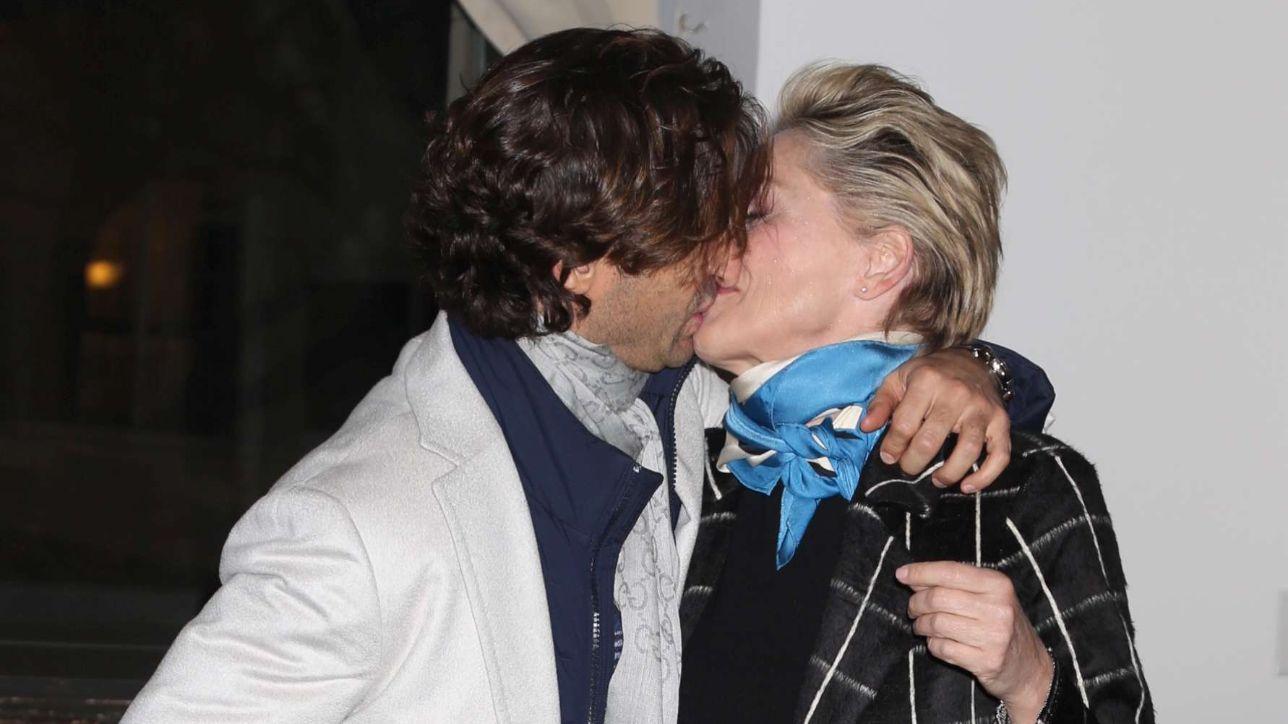 Sharon Stone, baci e abbracci con un misterioso ragazzo
