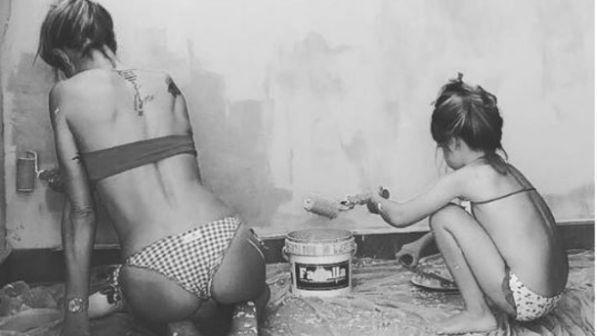 Maddalena Corvaglia dipinge le pareti milanesi in bikini con la figlia