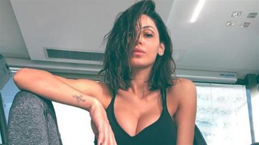 Anna Tatangelo insultata per la foto su Instagram: «Stai esagerando con i ritocchi»