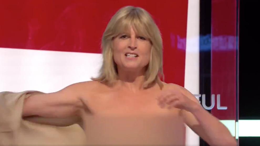 Giornalista si spoglia nuda in diretta per protesta contro la Brexit