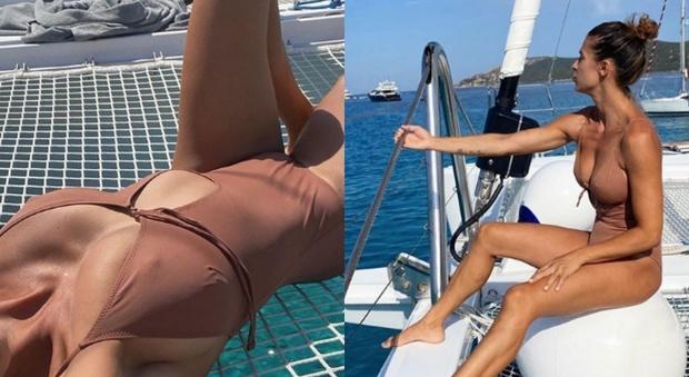 Elisabetta Canalis, costume nude look e décolleté esplosivo. Fan impazziti: «Sei illegale...»