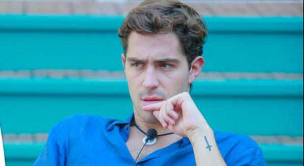 Grande Fratello Vip, Tommaso Zorzi lascia la casa con febbre a 39: portato via in ambulanza