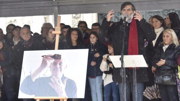 Jacopo Fo saluta con pugno chiuso i presenti al funerale del padre