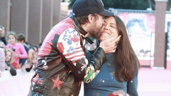"""Jovanotti salta, fa selfie con i fan e bacia la moglie: """"Amo Bud Spencer, somiglia a mio padre"""""""