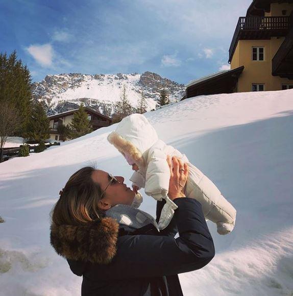 Tania Cagnotto, prima uscita sulla neve con figlia la Maya