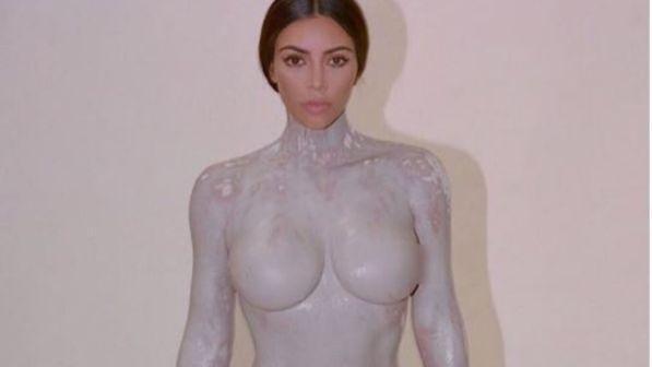 Kim Kardashian posa per il calco del suo corpo
