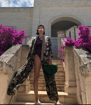 Caterina Balivo, supersexy in vacanza: costume sgambatissimo e gambe chilometriche. È boom di like