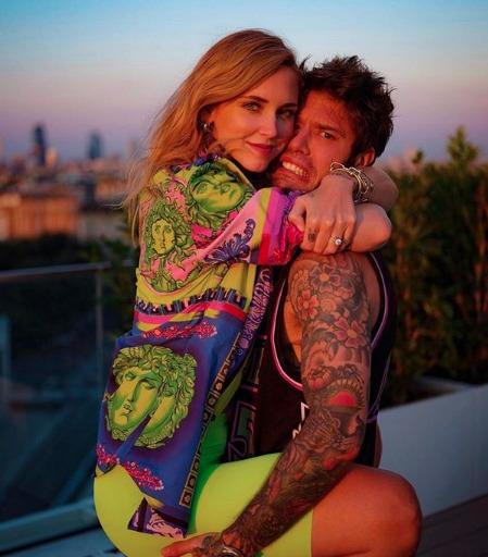 Chiara Ferragni e la foto romantica con Fedez. Lui la prende in braccio, ma dai fan arrivano critiche