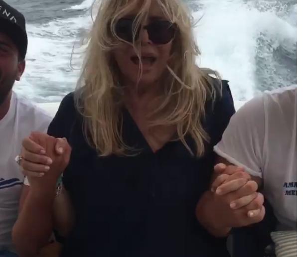 Mara Venier in barca terrorizzata dal mare mosso: «Ho paura, non so nuotare»