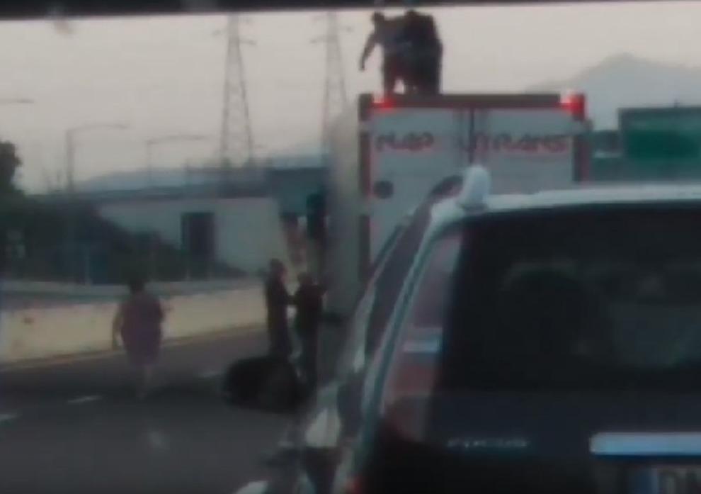 Milano, camionista eroe: salva 19enne che voleva suicidarsi dal cavalcavia