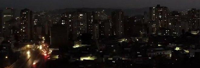 Argentina e Uruguay senza corrente: black out per 48 milioni di persone a causa di un guasto elettrico