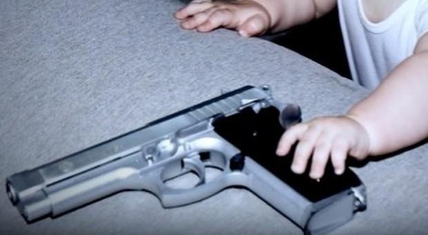 Morto bambino di due anni: si è sparato in testa con la pistola della nonna