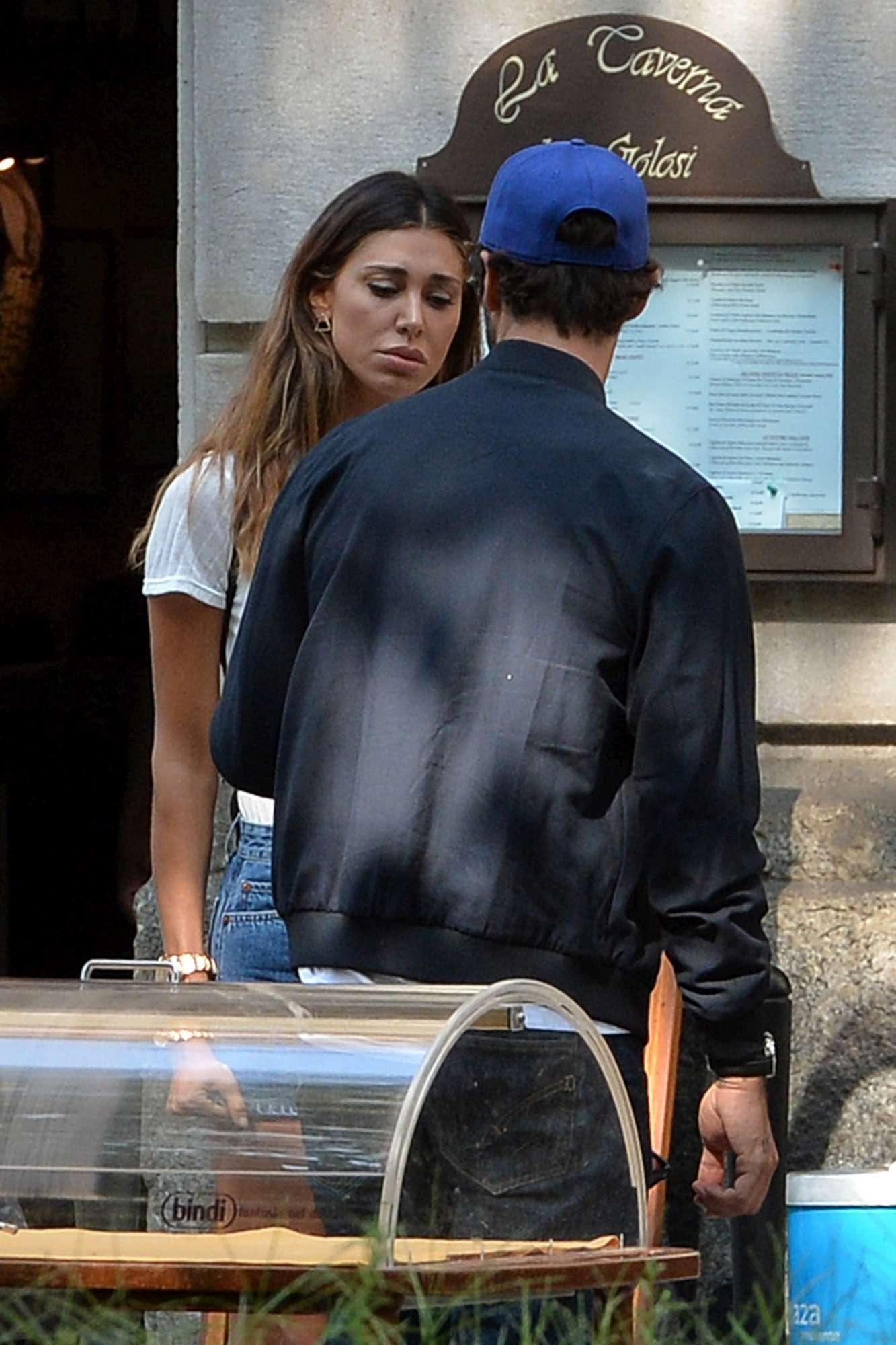 Belen e Stefano a pranzo insieme con i musi lunghi