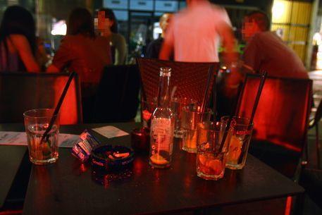 La barista gli serve birra troppo fredda, marocchino cerca di strangolarla