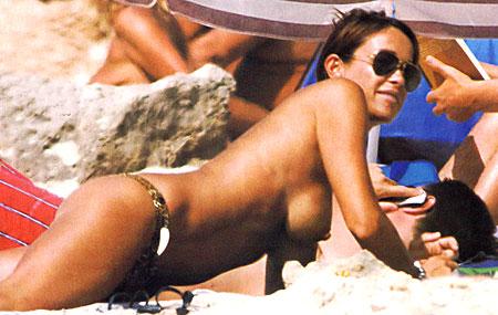 Cristina Parodi con il seno al vento a Formentera