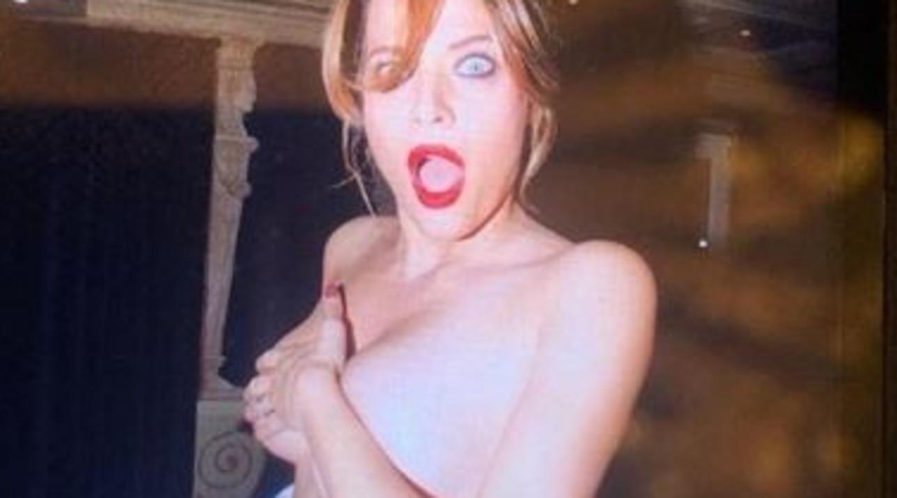 Laura Chiatti festeggia il milione di follower con uno scatto in topless