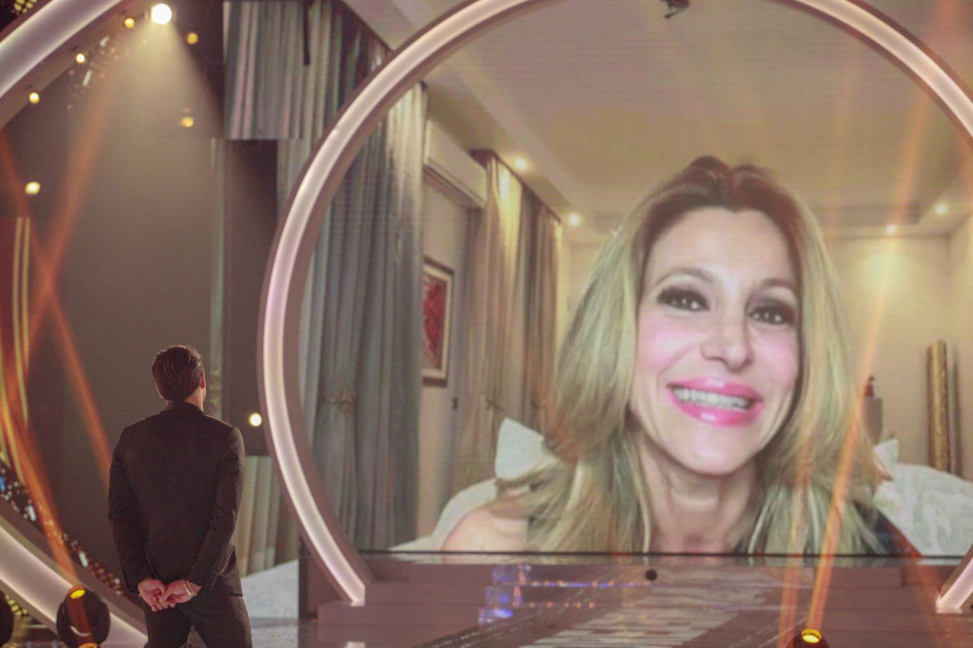 GF Vip, Andrea Denver mette in imbarazzo Adriana Volpe: il gesto per lei