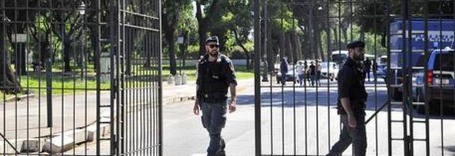 Roma, trascina una turista nel parco di Colle Oppio e tenta di violentarla: bloccato da un passante e arrestato